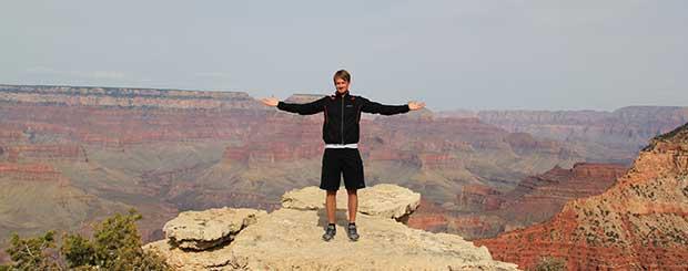 Un uomo che si gode il tour sul Grand Canyon meridionale.